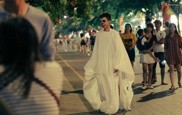 Đầu tư mùa Halloween, nhiều bạn trẻ Sài Gòn hóa trang rùng rợn trêu đùa trẻ em ở phố đi bộ Nguyễn Huệ - Ảnh 11.