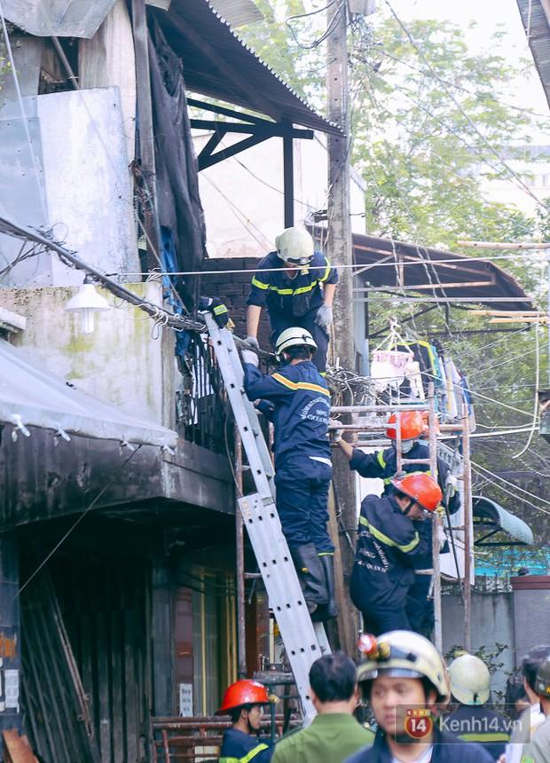 Cận cảnh hiện trường vụ cháy kinh hoàng ở Sài Gòn: Cảnh sát PCCC buồn đau vì không cứu được 3 mẹ con - Ảnh 5.