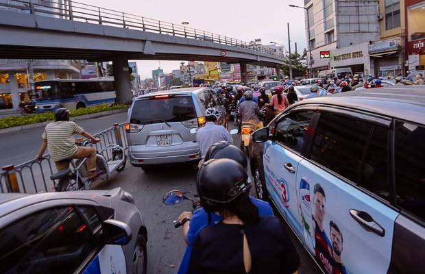 Đường phố Sài Gòn và Hà Nội đông đúc sau ngày làm việc cuối cùng trong năm 2017 - Ảnh 18.
