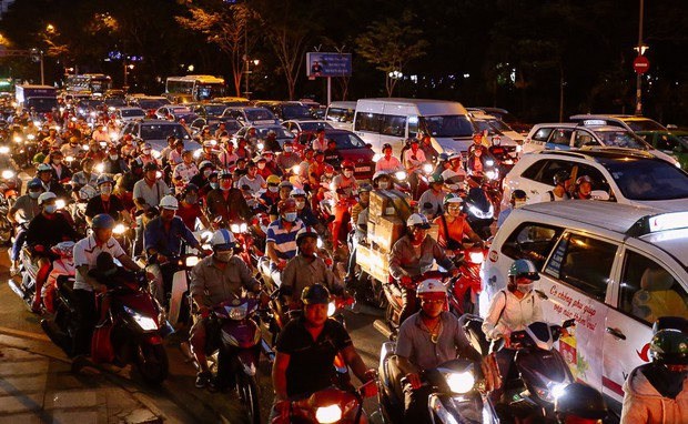 Đường phố Sài Gòn và Hà Nội đông đúc sau ngày làm việc cuối cùng trong năm 2017 - Ảnh 20.