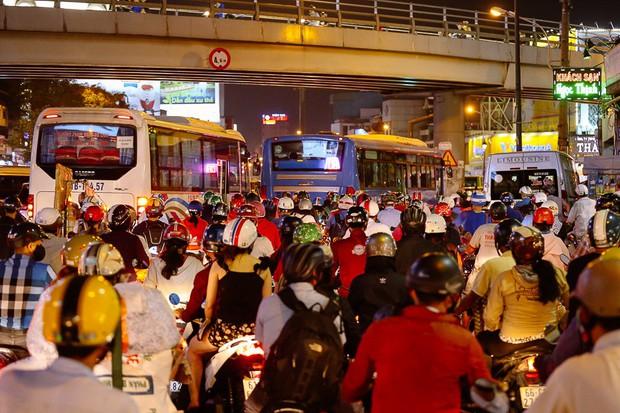 Đường phố Sài Gòn và Hà Nội đông đúc sau ngày làm việc cuối cùng trong năm 2017 - Ảnh 19.