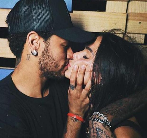 Neymar hôn say đắm bạn gái cũ trên biển đảo Brazil - Ảnh 3.