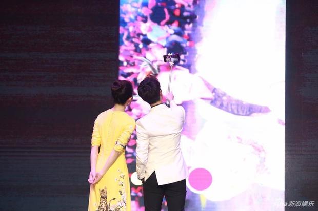 Vừa úp mở chuyện chia tay với Song Seung Hun, Lưu Diệc Phi đã rạng rỡ và tình tứ bên người tình màn ảnh kém 4 tuổi - Ảnh 13.