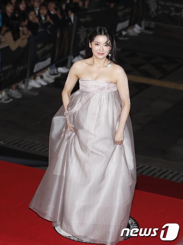 Thảm đỏ Oscar Hàn Quốc: Hoa hậu gây sốc với ngực siêu khủng, Yoona và Jo In Sung dẫn đầu dàn siêu sao - Ảnh 33.