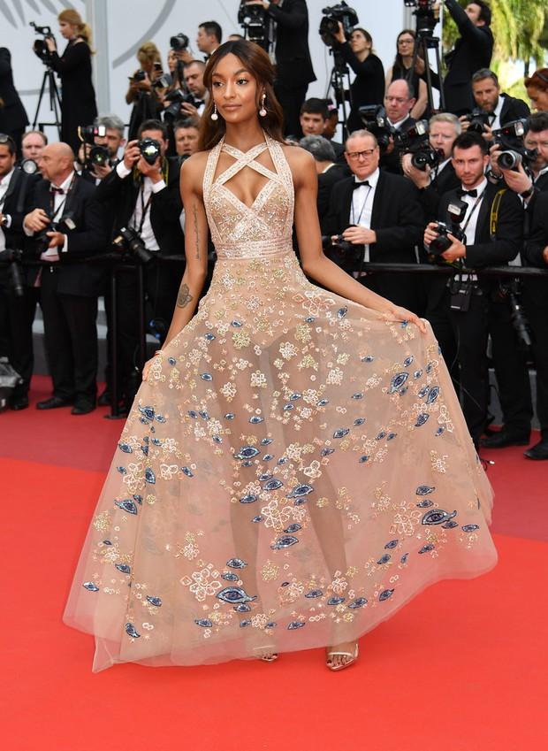 Thiên thần Victorias Secret hâm nóng thảm đỏ Cannes với váy xuyên thấu khoe vòng 3 - Ảnh 12.