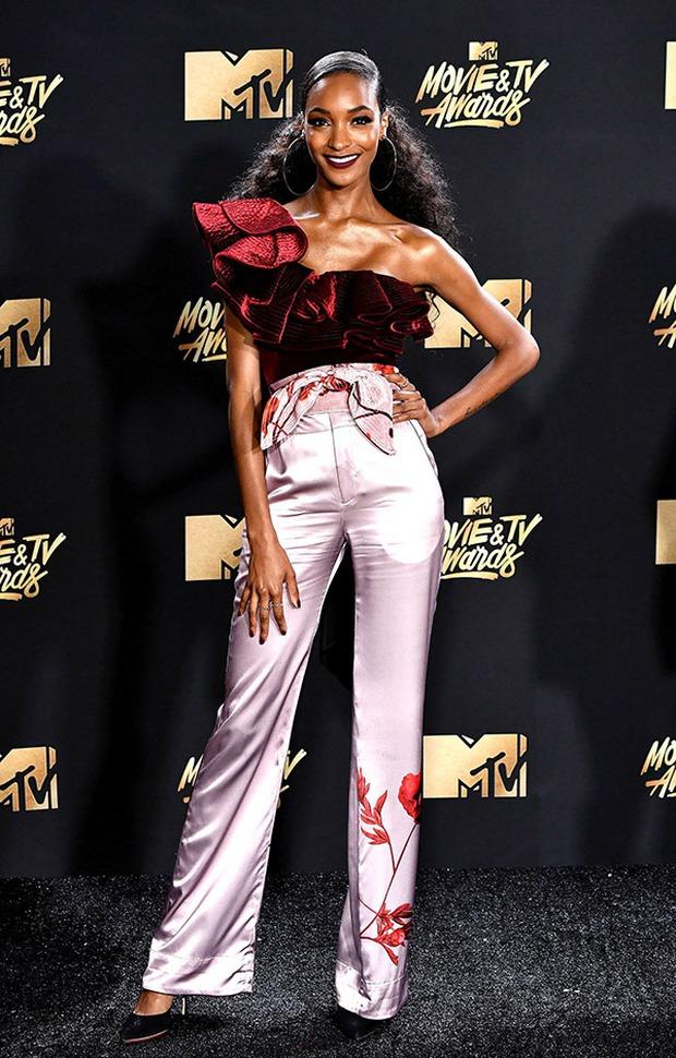 Thảm đỏ MTV Movie & TV Awards: Cara khoe đầu trọc, các sao tạo dáng khó khăn vì mưa đá - Ảnh 28.