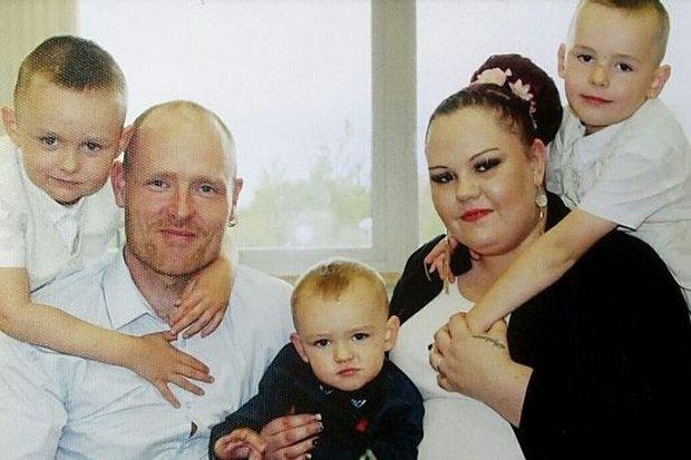 Dùng chút sức lực cuối cùng trước khi ra đi mãi mãi vì ung thư, thiên thần nhí gọi tên ông bà bố mẹ rồi nói Chụp ảnh đi bố mẹ ơi - Ảnh 2.
