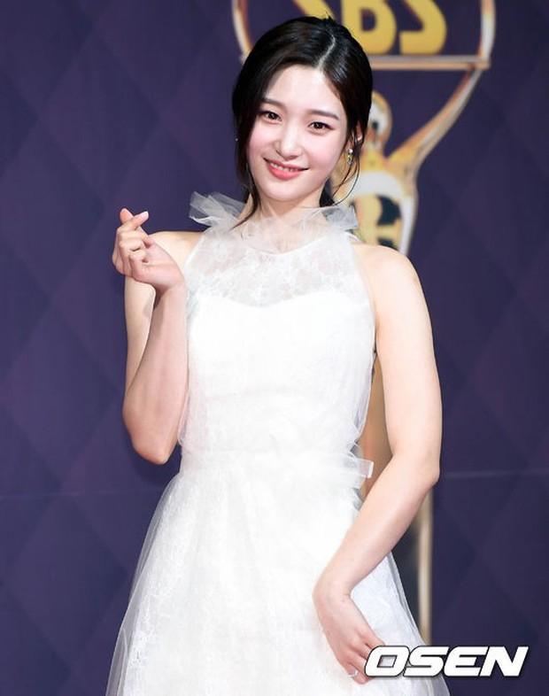 Thảm đỏ SBS Drama Awards: Nữ thần Suzy cân cả Yuri và dàn mỹ nhân hàng đầu Kpop, cặp vợ chồng Jisung quyền lực xuất hiện - Ảnh 12.