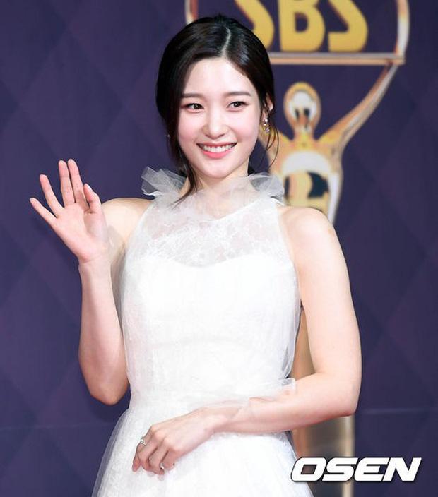 Thảm đỏ SBS Drama Awards: Nữ thần Suzy cân cả Yuri và dàn mỹ nhân hàng đầu Kpop, cặp vợ chồng Jisung quyền lực xuất hiện - Ảnh 13.