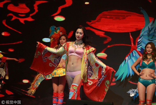 Victorias Secret Show phiên bản hội chợ Trung Quốc: Dàn người mẫu lộ bụng mỡ, nhái cánh thiên thần 1 cách trắng trợn - Ảnh 7.