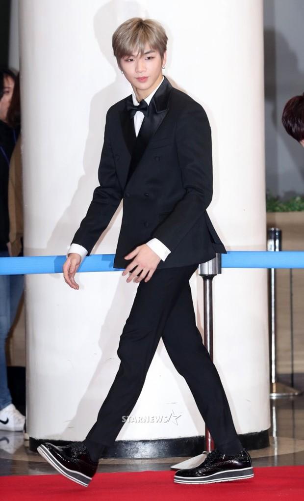 Không thích đẹp hoàn hảo, dàn mỹ nam Wanna One diễn sâu đến ngớ ngẩn, làm ảo thuật để gây chú ý trên thảm đỏ - Ảnh 1.