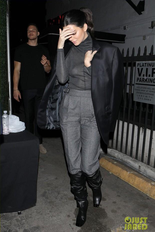Cao gần 1m80, thế mà Kendall Jenner lại nhỏ bé bất ngờ khi đi cạnh chàng bạn trai khổng lồ - Ảnh 7.