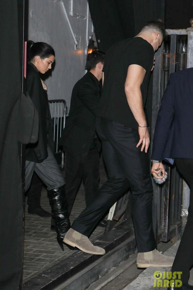 Cao gần 1m80, thế mà Kendall Jenner lại nhỏ bé bất ngờ khi đi cạnh chàng bạn trai khổng lồ - Ảnh 4.