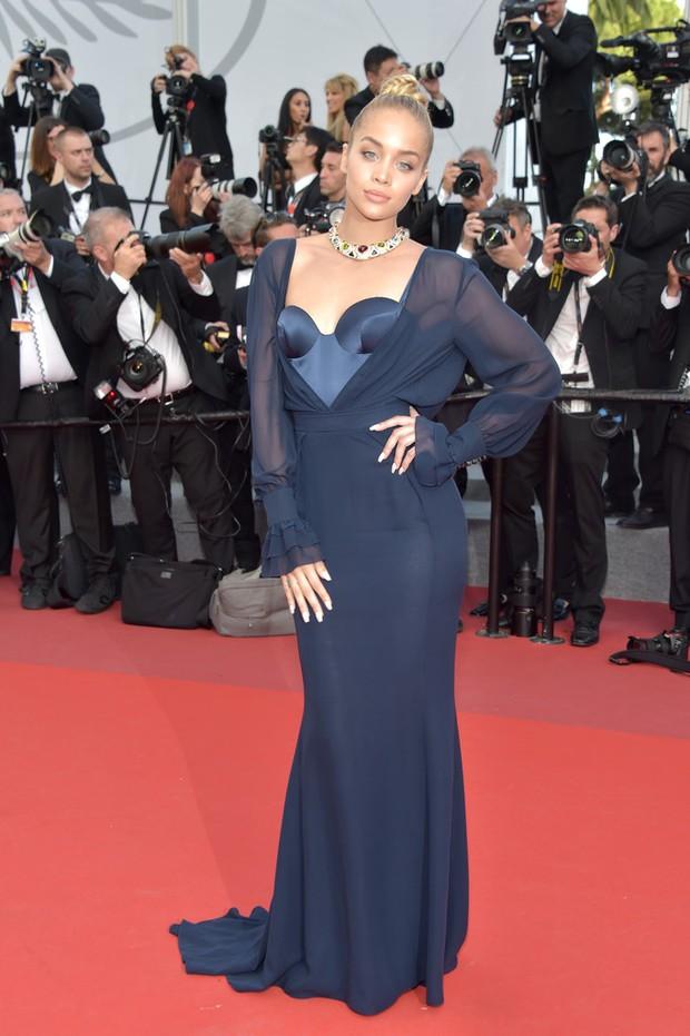 Thiên thần Victorias Secret hâm nóng thảm đỏ Cannes với váy xuyên thấu khoe vòng 3 - Ảnh 15.