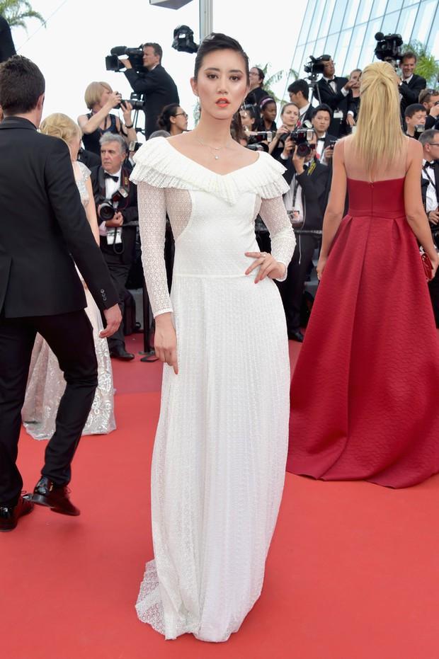 Thiên thần Victorias Secret hâm nóng thảm đỏ Cannes với váy xuyên thấu khoe vòng 3 - Ảnh 16.