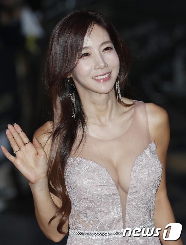 Thảm đỏ Oscar Hàn Quốc: Hoa hậu gây sốc với ngực siêu khủng, Yoona và Jo In Sung dẫn đầu dàn siêu sao - Ảnh 25.