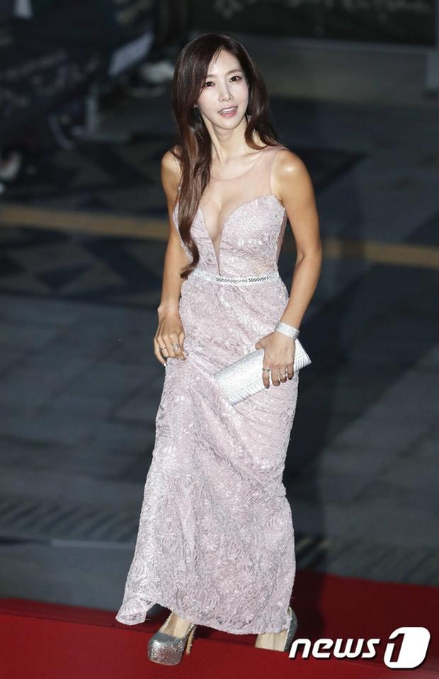 Thảm đỏ Oscar Hàn Quốc: Hoa hậu gây sốc với ngực siêu khủng, Yoona và Jo In Sung dẫn đầu dàn siêu sao - Ảnh 24.