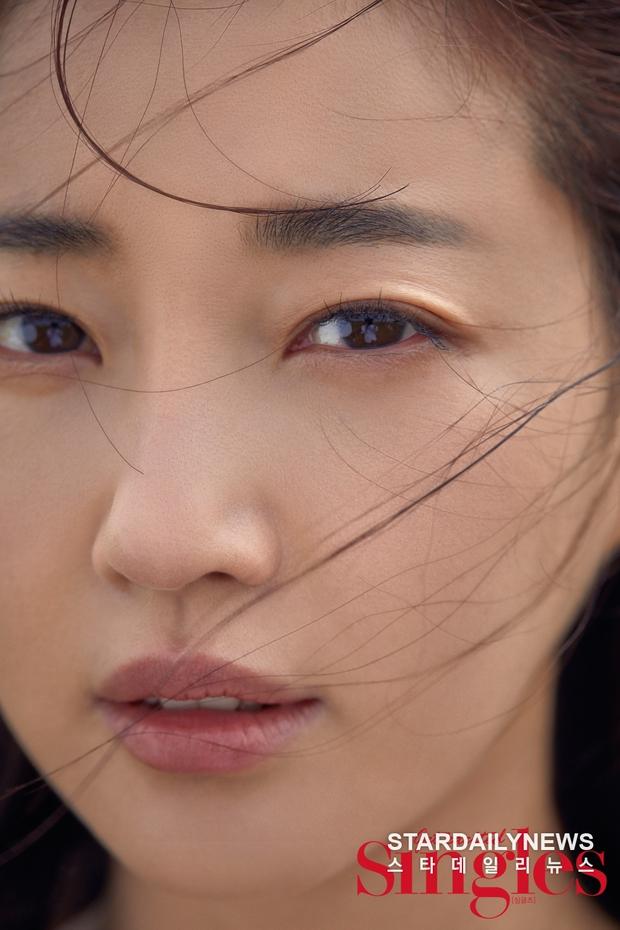 Hoa hậu ngực khủng Kim Sarang trên bìa tạp chí: Quá nóng bỏng và lộng lẫy như bà hoàng - Ảnh 3.