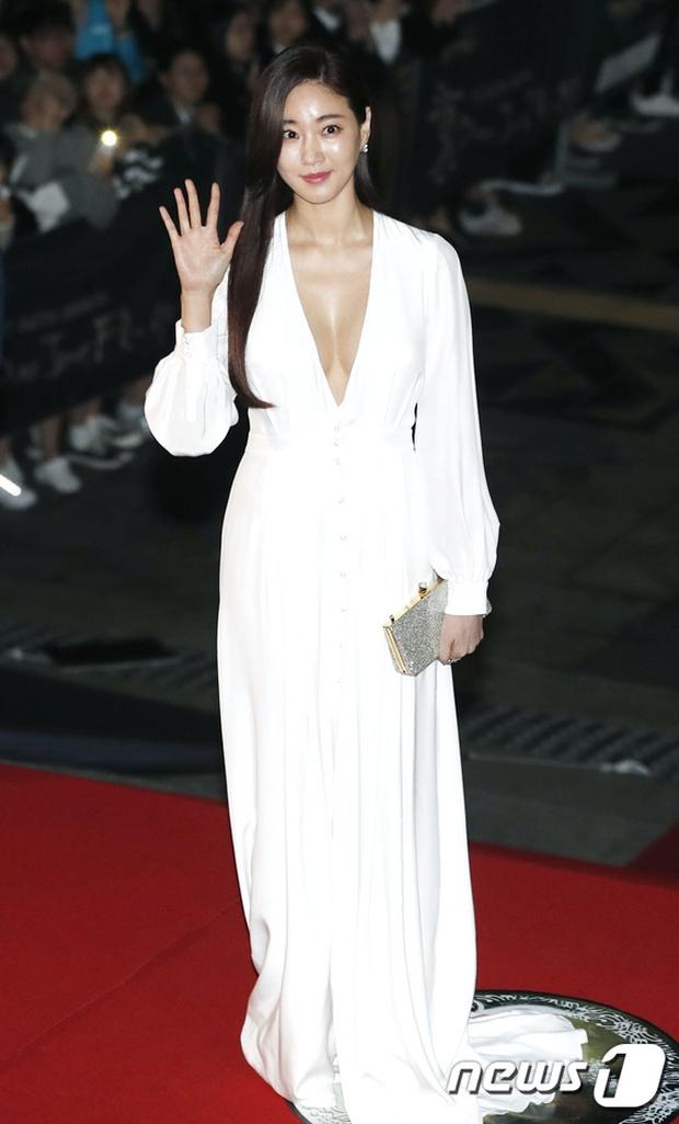Thảm đỏ Oscar Hàn Quốc: Hoa hậu gây sốc với ngực siêu khủng, Yoona và Jo In Sung dẫn đầu dàn siêu sao - Ảnh 3.