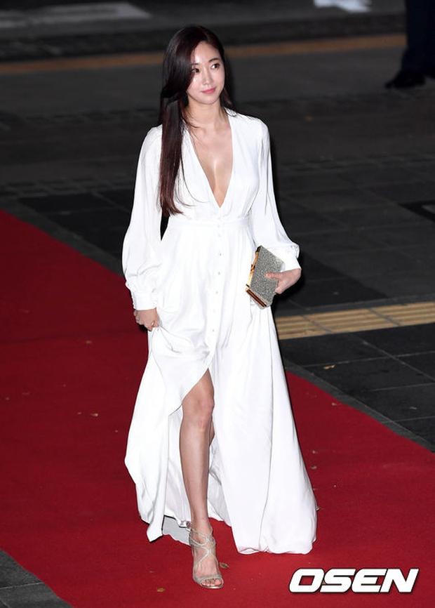 Thảm đỏ Oscar Hàn Quốc: Hoa hậu gây sốc với ngực siêu khủng, Yoona và Jo In Sung dẫn đầu dàn siêu sao - Ảnh 2.