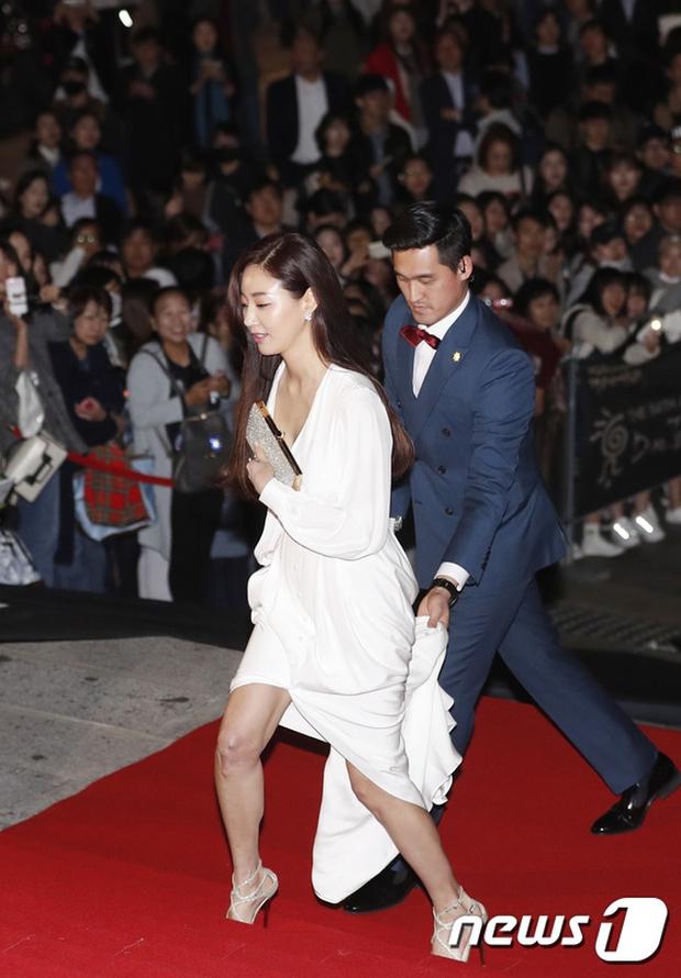 Thảm đỏ Oscar Hàn Quốc: Hoa hậu gây sốc với ngực siêu khủng, Yoona và Jo In Sung dẫn đầu dàn siêu sao - Ảnh 1.