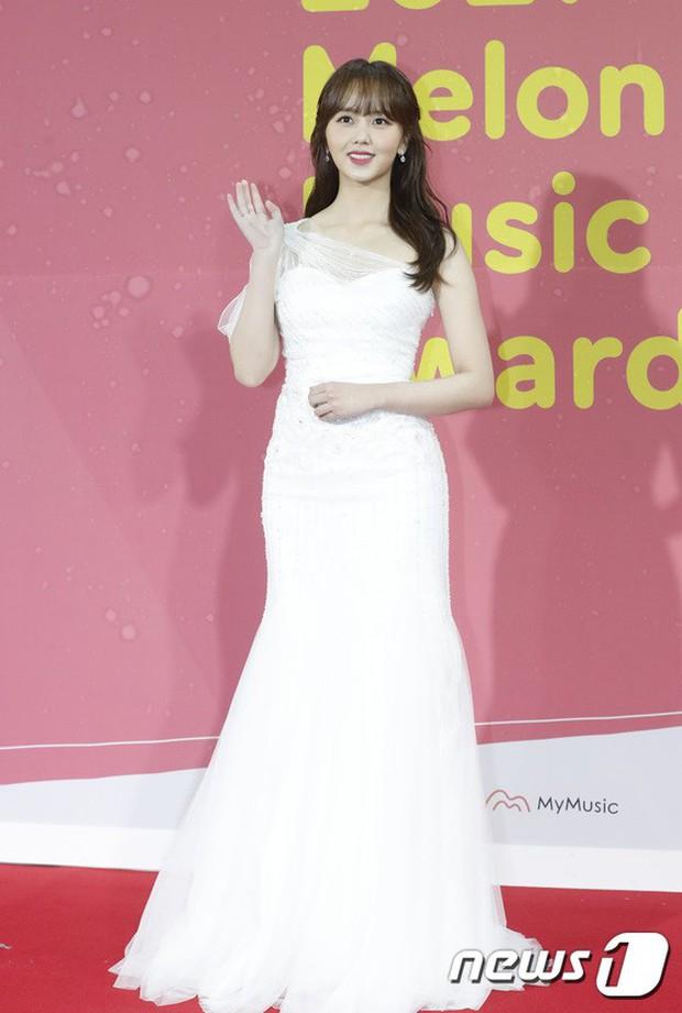 Thảm đỏ Melon: Mỹ nhân ngực khủng vô danh át cả Kim So Hyun, TWICE, EXO và Wanna One đẹp trai như hoàng tử - Ảnh 1.