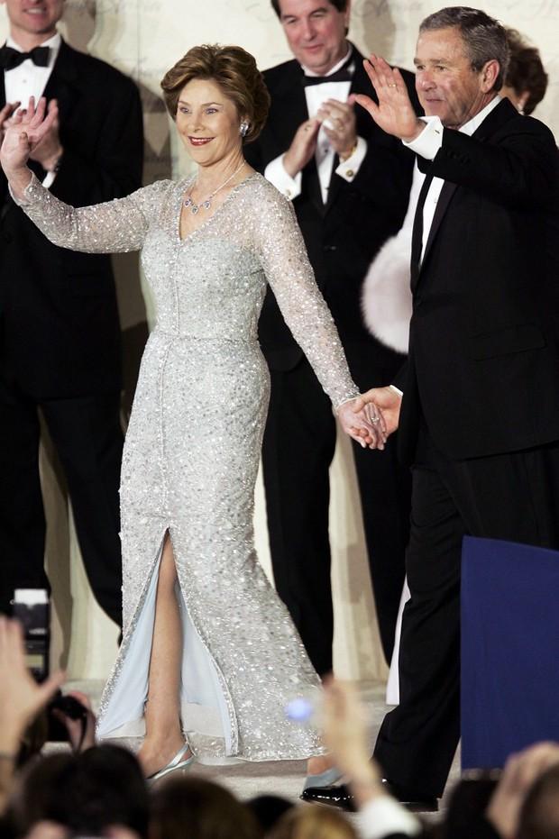 Đệ nhất phu nhân Pháp gây chú ý khi mặc đồ đi mượn trong lễ nhậm chức của chồng - Ảnh 3.