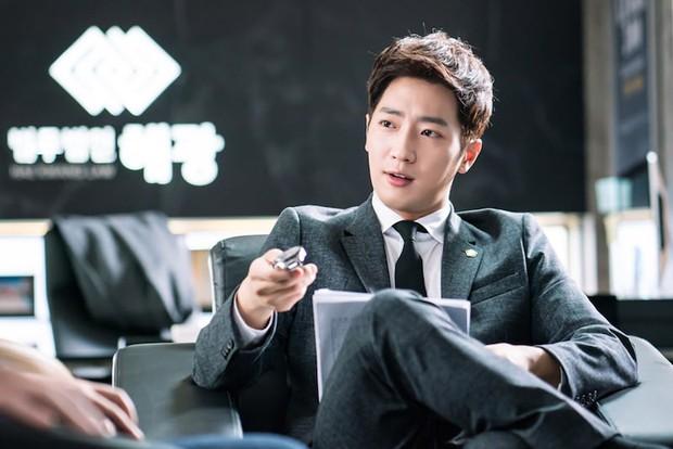 """Ngoài Lee Jong Suk, còn có 5 trai đẹp làm nên sức hút của """"Khi Nàng Say Giấc"""" - Ảnh 10."""