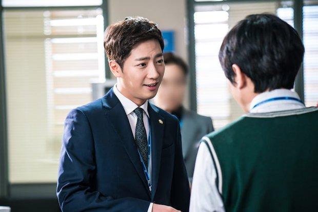 """Ngoài Lee Jong Suk, còn có 5 trai đẹp làm nên sức hút của """"Khi Nàng Say Giấc"""" - Ảnh 9."""