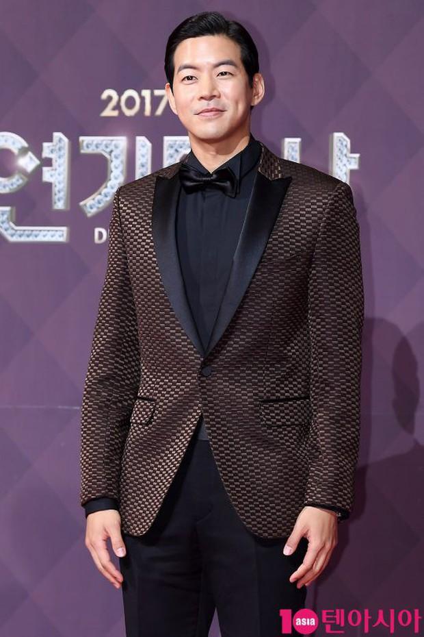 Thảm đỏ SBS Drama Awards: Nữ thần Suzy cân cả Yuri và dàn mỹ nhân hàng đầu Kpop, cặp vợ chồng Jisung quyền lực xuất hiện - Ảnh 29.