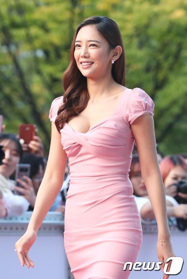 Thảm đỏ liên hoan phim Busan ngày 2: Nữ thần của nữ thần Son Ye Jin một mình cân cả dàn mỹ nhân - Ảnh 8.
