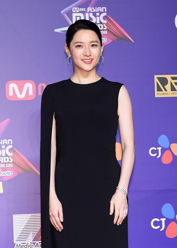 Thảm đỏ MAMA Hồng Kông: Song Joong Ki, Lee Young Ae mê mẩn Wanna One, Song Ji Hyo và em út Red Velvet hở bạo - Ảnh 10.