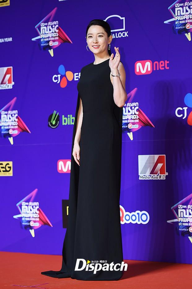 Thảm đỏ MAMA Hồng Kông: Song Joong Ki, Lee Young Ae mê mẩn Wanna One, Song Ji Hyo và em út Red Velvet hở bạo - Ảnh 9.