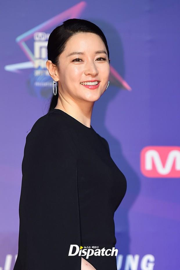 Thảm đỏ MAMA Hồng Kông: Song Joong Ki, Lee Young Ae mê mẩn Wanna One, Song Ji Hyo và em út Red Velvet hở bạo - Ảnh 11.