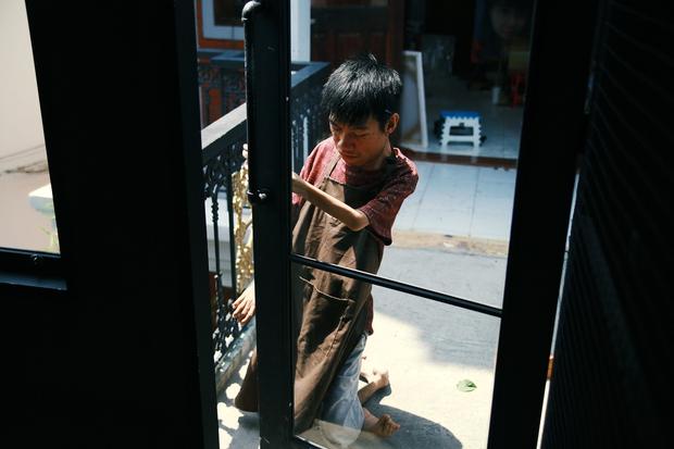 Không chỉ là họa sĩ khuyết tật, Lê Minh Châu đã trở thành chủ quán cafe kết hợp lớp dạy vẽ ở Sài Gòn - Ảnh 9.