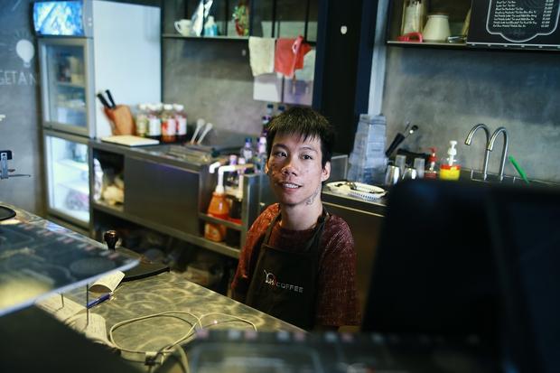 Không chỉ là họa sĩ khuyết tật, Lê Minh Châu đã trở thành chủ quán cafe kết hợp lớp dạy vẽ ở Sài Gòn - Ảnh 5.