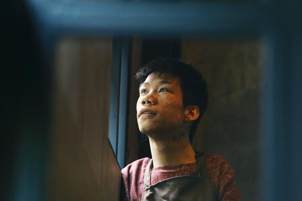 Không chỉ là họa sĩ khuyết tật, Lê Minh Châu đã trở thành chủ quán cafe kết hợp lớp dạy vẽ ở Sài Gòn - Ảnh 2.