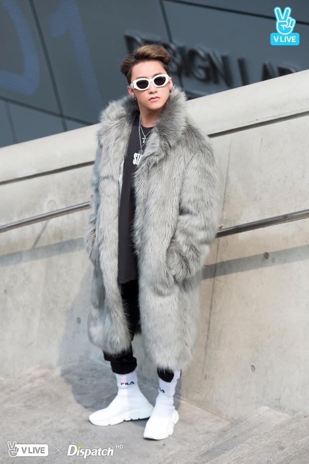 Seoul Fashion Week: Sơn Tùng M-TP khoác áo lông dài ngoài đồ thể thao, đeo kính râm xuất hiện cực ngầu - Ảnh 1.