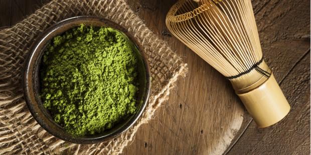 Không chỉ ăn được, dùng bột trà xanh đắp mặt còn giúp da vừa trắng vừa sạch mụn - Ảnh 1.