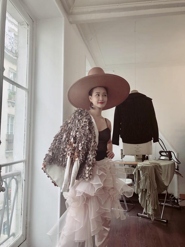 Vừa đấu khẩu chán chê với Tâm Tít xong, Maya đã mặc cực dị xuất hiện tại Paris Fashion Week - Ảnh 8.
