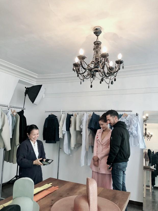Vừa đấu khẩu chán chê với Tâm Tít xong, Maya đã mặc cực dị xuất hiện tại Paris Fashion Week - Ảnh 9.