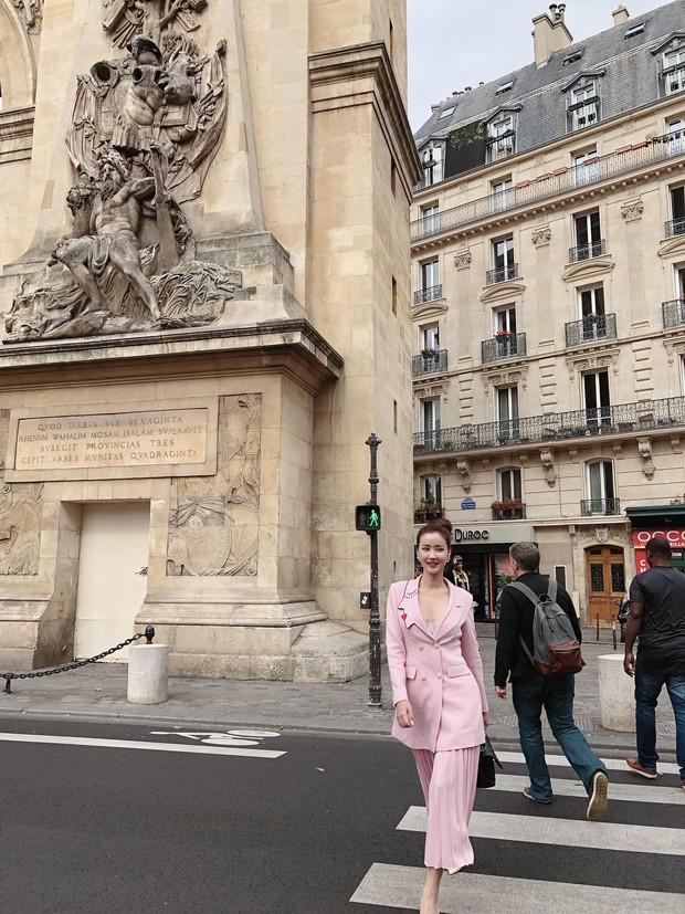 Vừa đấu khẩu chán chê với Tâm Tít xong, Maya đã mặc cực dị xuất hiện tại Paris Fashion Week - Ảnh 10.