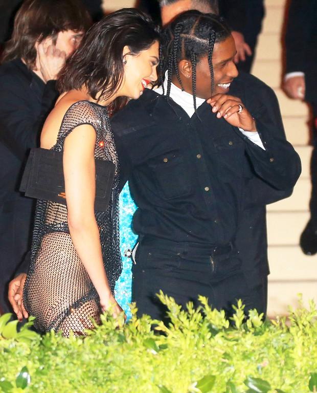 Cao gần 1m80, thế mà Kendall Jenner lại nhỏ bé bất ngờ khi đi cạnh chàng bạn trai khổng lồ - Ảnh 9.
