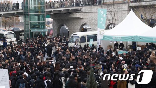 Thảm đỏ Melon: Mỹ nhân ngực khủng vô danh át cả Kim So Hyun, TWICE, EXO và Wanna One đẹp trai như hoàng tử - Ảnh 54.