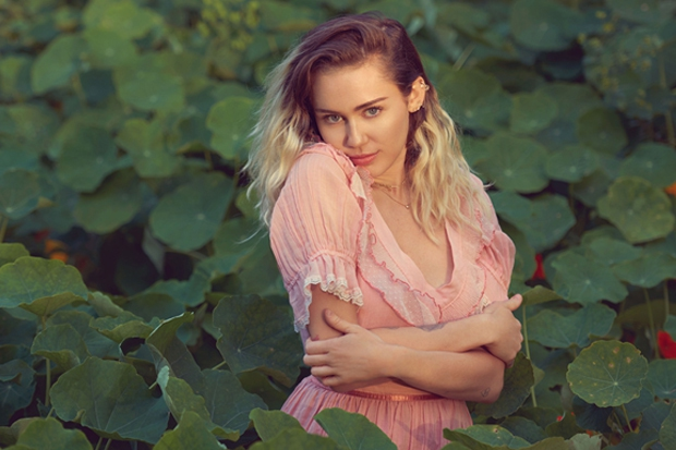Không còn khỏa thân nổi loạn, Miley giờ flop đến nỗi bán album thua cả Demi và Shania Twain - Ảnh 2.