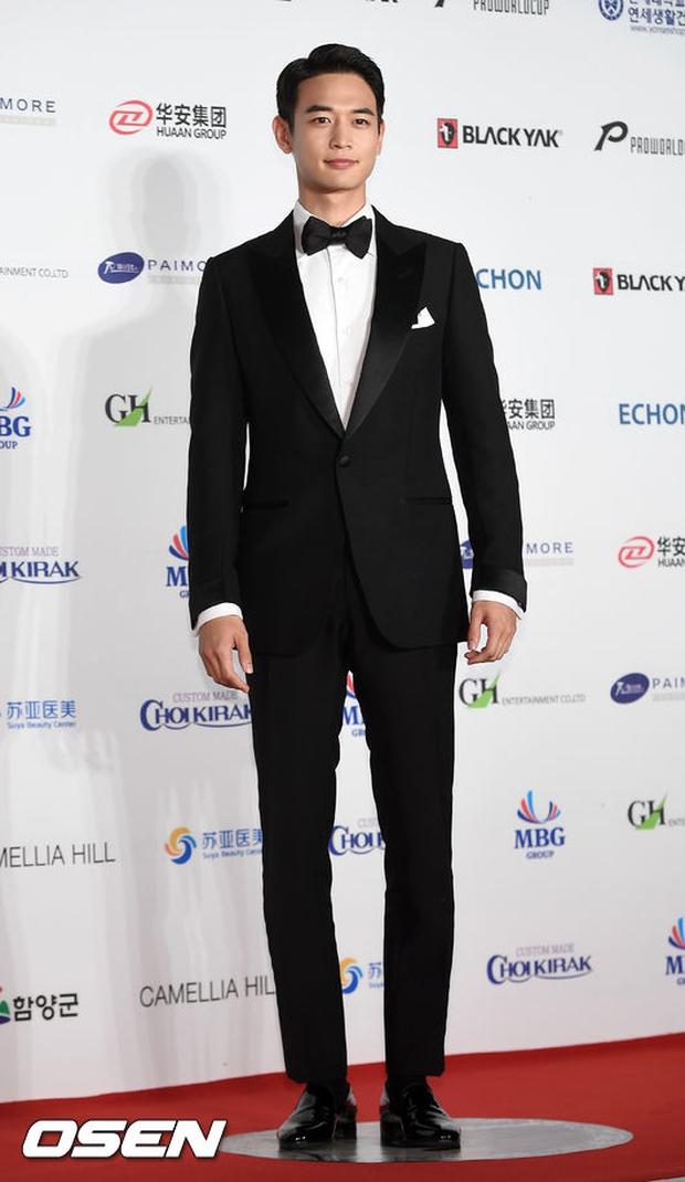 Thảm đỏ Oscar Hàn Quốc: Hoa hậu gây sốc với ngực siêu khủng, Yoona và Jo In Sung dẫn đầu dàn siêu sao - Ảnh 20.