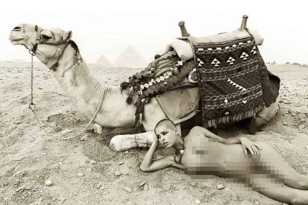 Chụp ảnh khỏa thân phản cảm bên Kim tự tháp Ai Cập, cô người mẫu trẻ bị tống vào tù - Ảnh 1.