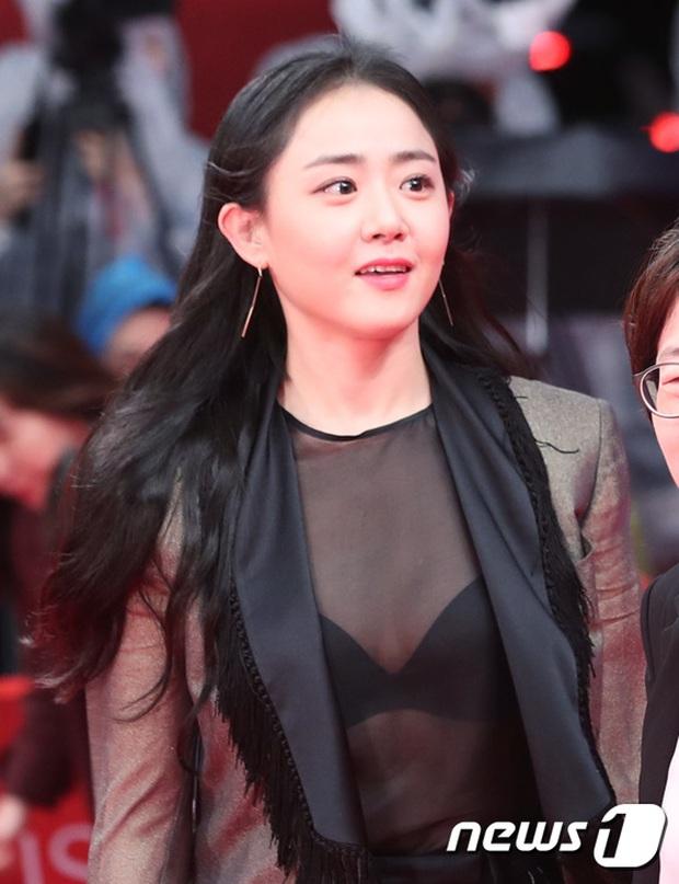 Thảm đỏ hot nhất hôm nay: Yoona khoe lưng trần bên tài tử Jang Dong Gun, sao Vì sao đưa anh tới lộ hàng - Ảnh 18.