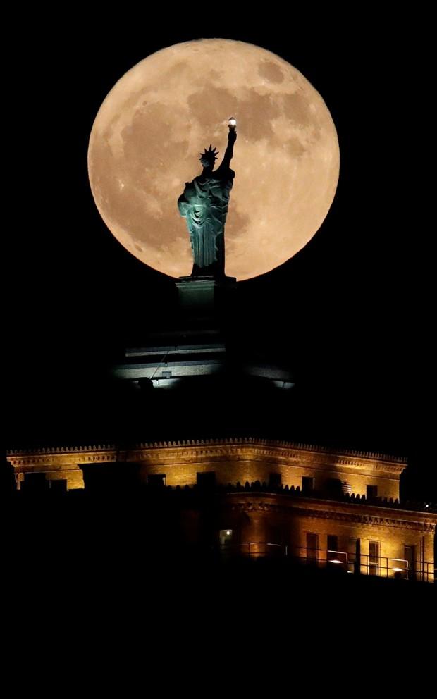Lác mắt trước chùm ảnh siêu Mặt trăng trên bầu trời Việt Nam và thế giới - Ảnh 7.