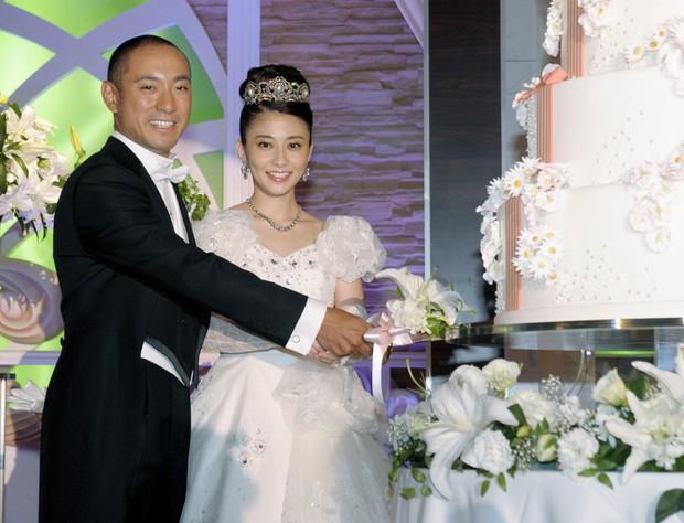 Vợ mới mất 1 tháng vì bệnh ung thư, tài tử Nhật Bản đã vội muốn tái hôn với chính chị ruột của bà xã - Ảnh 3.